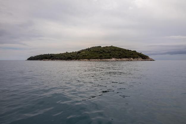 Isola di lokrum a dubrovnik, croazia visto dal centro storico di dubrovnik