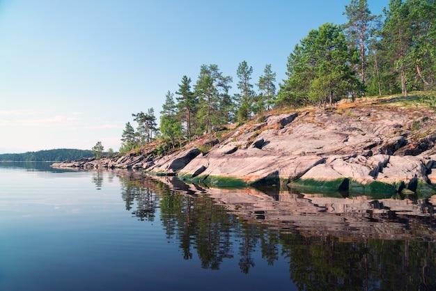 Isola di pietra con un riflesso nell'acqua sul lago
