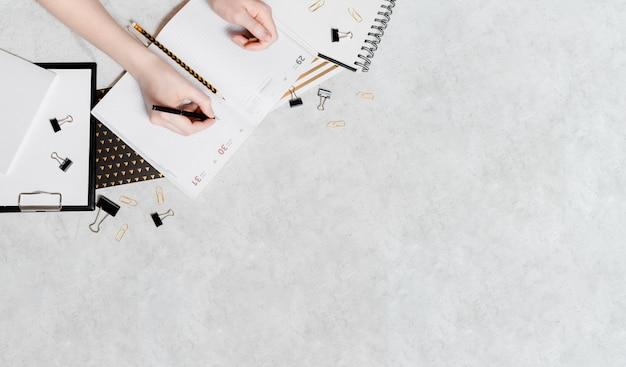 Isolamento e lavoro da casa concetto flatlay. matite, blocco note, forbici righello e graffette. vista superiore orizzontale copyspace torna al concetto di scuola