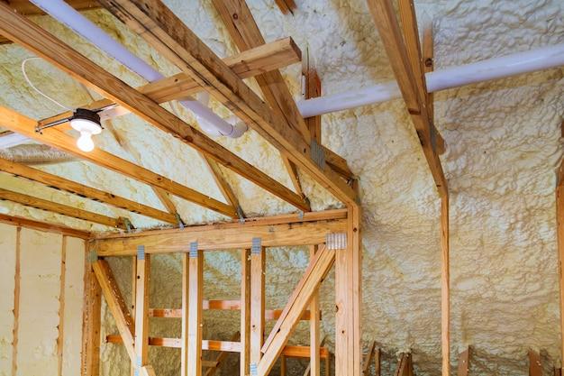 Isolamento in plastica espansa installato nel soffitto inclinato della nuova casa con telaio.
