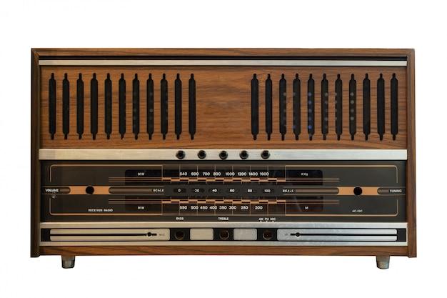 Isolato antico della scatola di legno radiofonico su bianco con il percorso di ritaglio