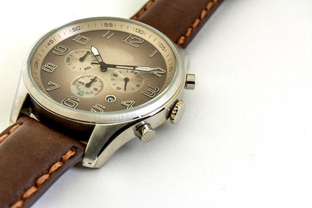 Isolato. avvicinamento. gli orologi da uomo sono su uno sfondo bianco. senso orario