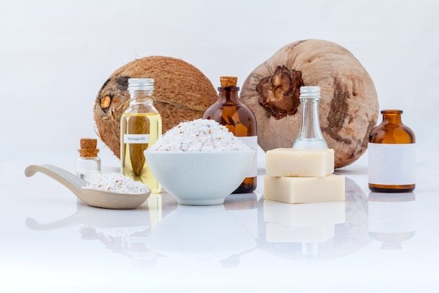 Isolato degli olii essenziali della noce di cocco su fondo bianco.