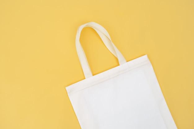 Isolato della borsa del tessuto su giallo