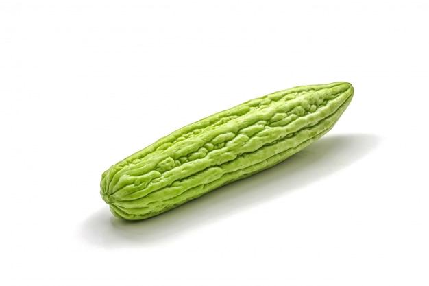 Isolato della zucca amara verde sul bianco