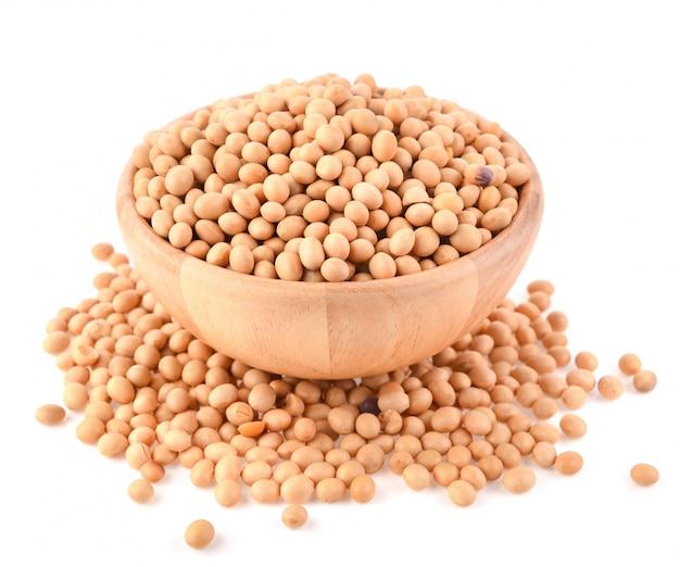 Isolato di semi di soia su sfondo bianco.