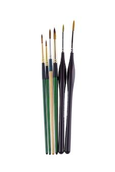 Isolato di spazzole della pittura di colori di acqua su fondo bianco. messa a fuoco selettiva a pennelli