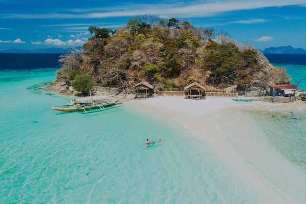 Isole bulog dos nelle filippine, provincia di coron. ripresa aerea da drone di vacanze, viaggi e luoghi tropicali