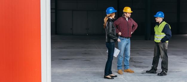 Ispettore di cantiere sul luogo di lavoro