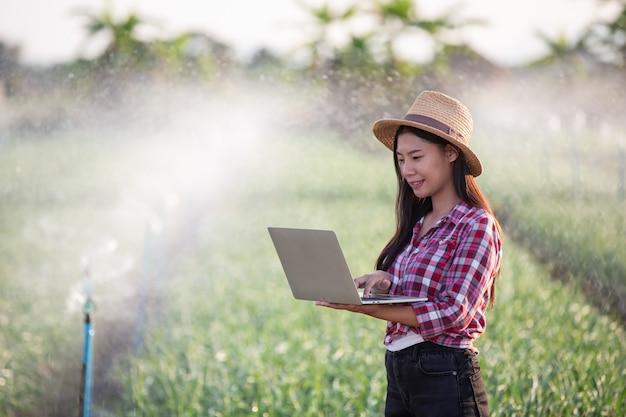 Ispezione della qualità dei giardini aromatici da parte degli agricoltori