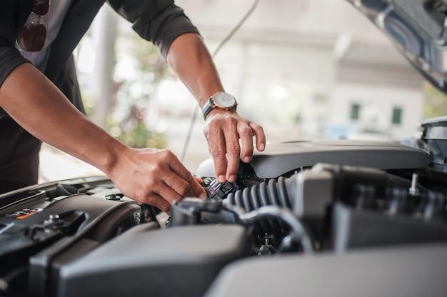 Ispezione della sicurezza dell'automobile e controllo degli accessori del motore