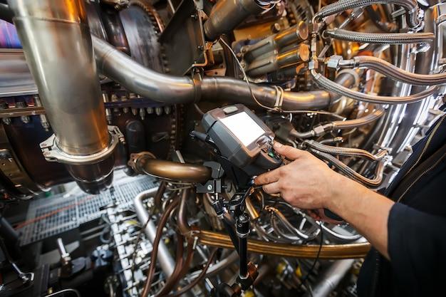 Ispezione di un motore a turbina a gas mediante un video endoscopio