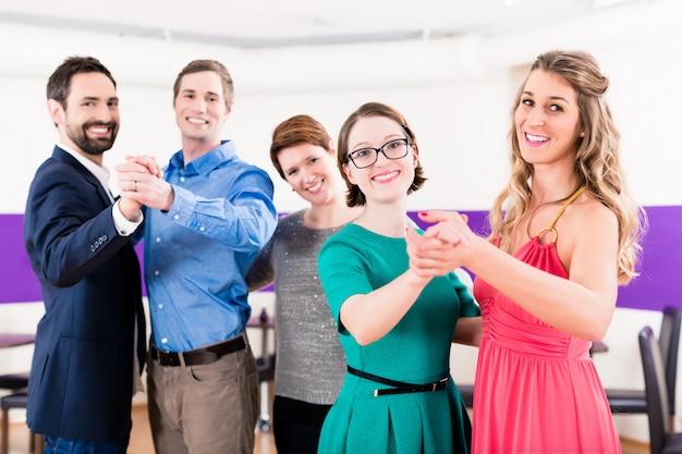 Istruttore di ballo con coppie gay durante le lezioni di ballo