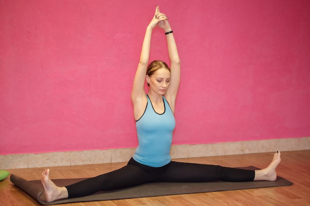 Istruttore di fitness o lezione di yoga, donna che fa esercizio