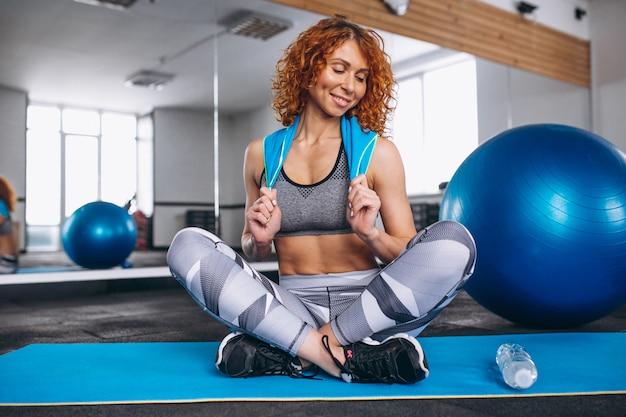Istruttore di fitness yoga in palestra