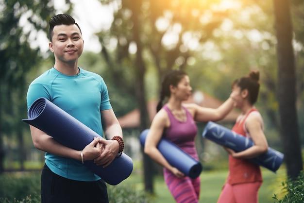Istruttore di yoga allegro
