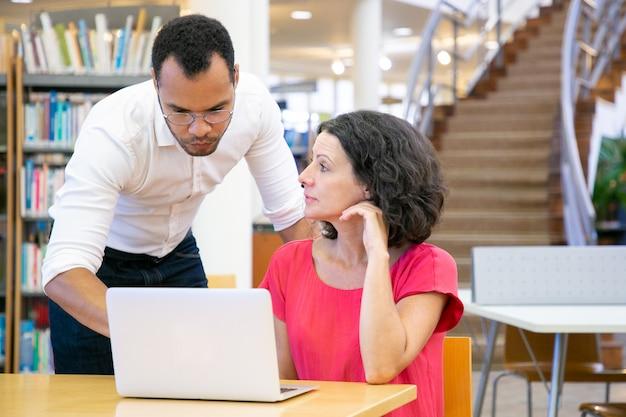 Istruttore maschio che spiega il compito specifico