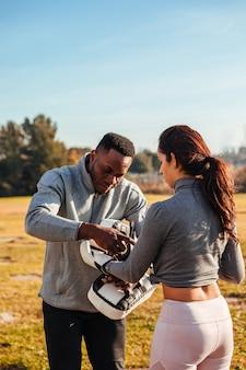 Istruttore personale che prepara una ragazza ad allenarsi