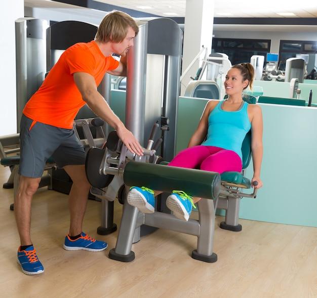 Istruttore personale della palestra della donna di esercizio di estensione della gamba