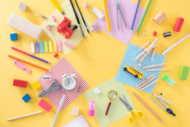 Istruzione, concetto di ritorno a scuola con spazio di copia