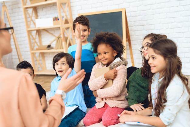 Istruzione dei bambini nella scuola elementare.