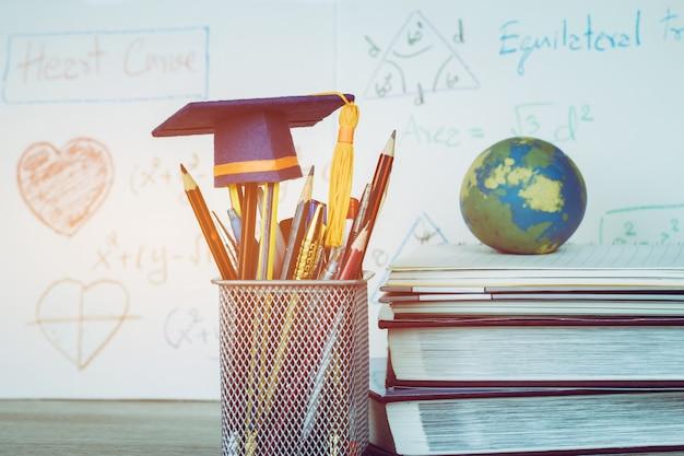 Istruzione laureato cappello di laurea su matite con equazione matematica aritmetica