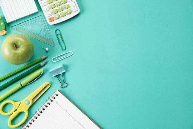 Istruzione o di nuovo al concetto della scuola su pastello verde.