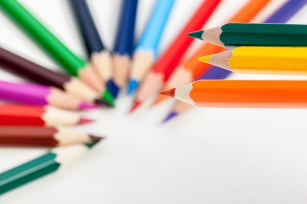 Istruzione o ritorno a scuola concetto. chiuda sul macro colpo della matita di colore