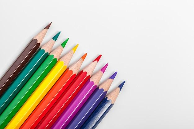 Istruzione o ritorno a scuola concetto. close up matite colorate