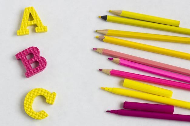 Istruzione o ritorno a scuola. rifornimenti di scuola di colorfull su bianco con copyspace.