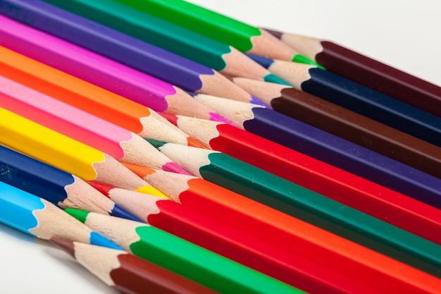 Istruzione o ritorno al concetto di scuola. chiuda sul colpo a macroistruzione della matita di colore