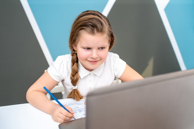 Istruzione online a distanza di apprendimento studentessa che studia a casa