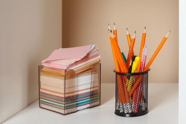 Istruzione, studio e ritorno al concetto di scuola scrivania creativa con elementi decorativi