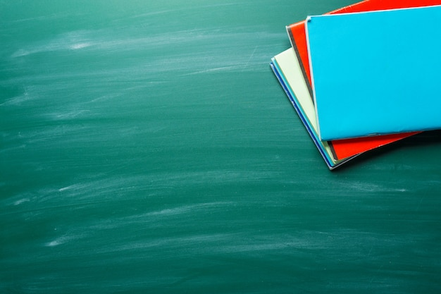 Istruzione sulla lavagna verde