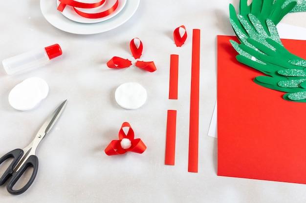 Istruzioni fatte a mano per creare decorazioni floreali natalizie.