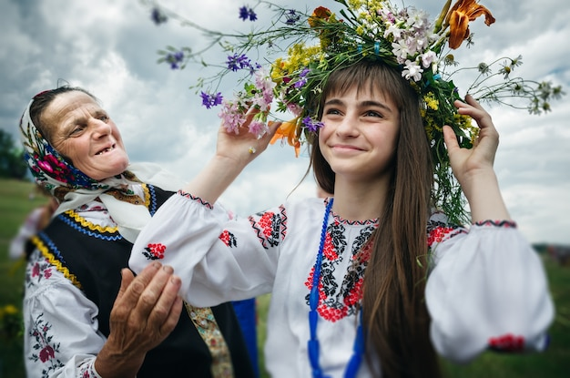 Ivana kupala night, conosciuta anche come ivan kupala day, una celebrazione slava di antica origine pagana che segna la fine del solstizio d'estate e l'inizio del raccolto - mezza estate