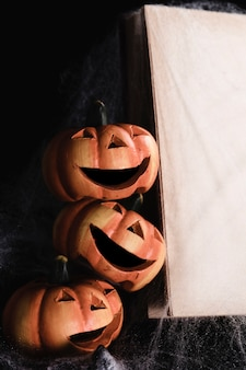 Jack-o'-lanterns con libro mock-up