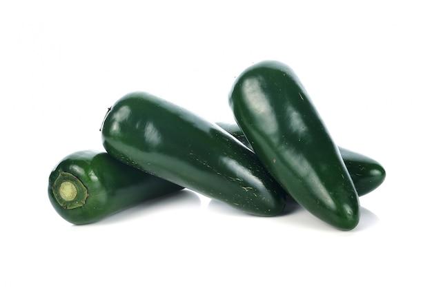 Jalapenos chili peppers o peperoncini messicani su sfondo bianco