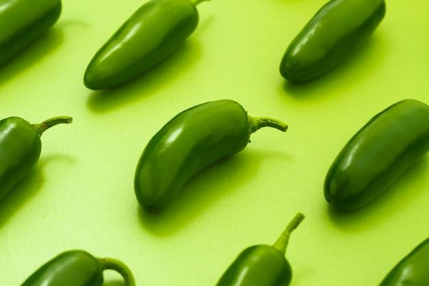 Jalapenos del primo piano su fondo verde