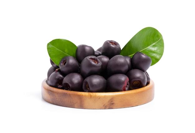 Jambolan prugna o jambul o frutta jamun, java prugna isolato su bianco