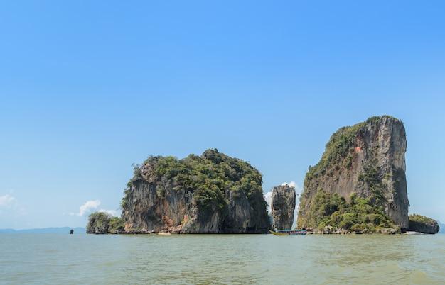 James bond island o koh tapu nella baia di phang nga, tailandia