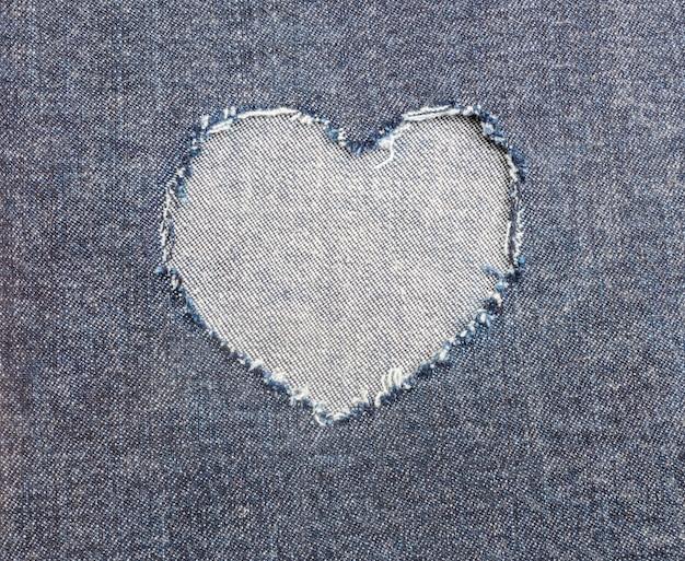 Jean strappato a forma di cuore per lo sfondo di carta di san valentino