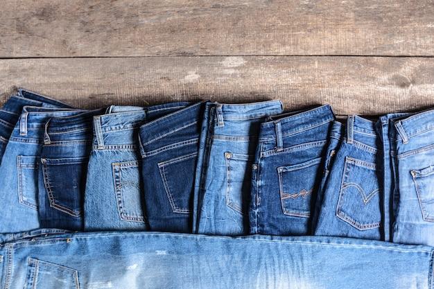 Jeans su fondo in legno
