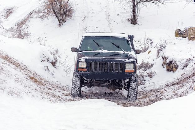 Jeep che partecipano alla gara di rally invernale