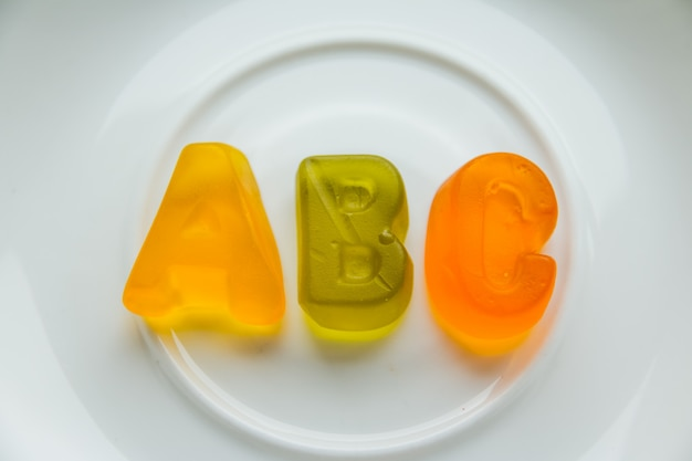 Jelly bean dolci e lettere abc. concetto di educazione e alfabeto
