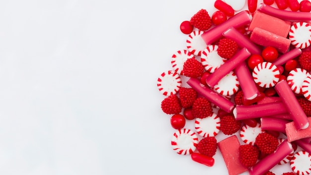 Jelly frutti e dolciumi copia-spazio sul tavolo