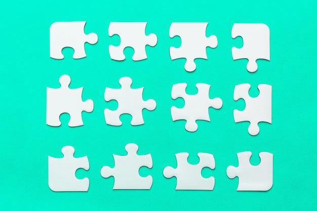 Jigsaw puzzle con pezzo mancante su sfondo di menta