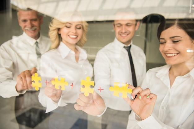 Jigsaw puzzle e rappresentano il supporto del team e aiutano il concetto.