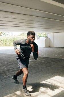Jogging sportivo afro-americano
