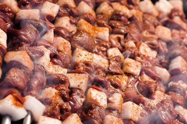 Kabab di manzo sul primo piano della griglia